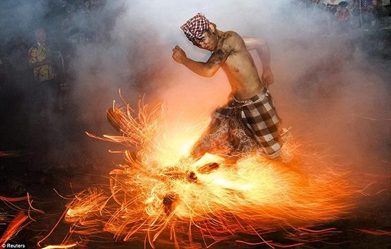 Año nuevo balinés Ceremonia con fuego en Gianyar, en Bali (Indonesia), el 11 de marzo. El Nyepi o 'Día del Silencio' da inicio al año nuevo. Se mide en base al día siguiente de la luna nueva producida en el equinoccio de primavera