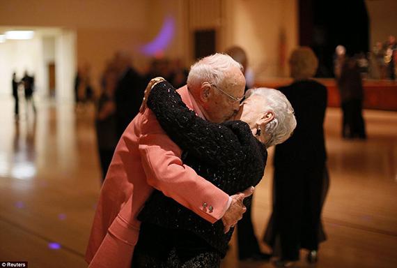 Amor a cualquier edad Donald Smitherman, de 98 años, y Marlene, bailando en Sun City, Arizona, el 5 de enero de 2013. Sun City, un barrio que comenzó a crecer hace medio siglo en Phoenix, fue la primera comunidad de EEUU pensada para mayores de 55 años