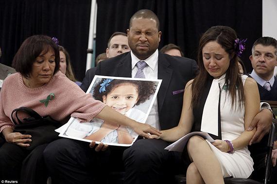 Otra matanza en una escuela de EEUU: Sandy Hook Nelba Greene, su marido Jimmy y su madre Elba Marquez llorando la pérdida de su hija Ana Grazia, una de las víctimas de la matanza en Sandy Hook (Newtown, Connecticut). Esta tragedia volvió a reabrir el debate sobre las armas en EEUU