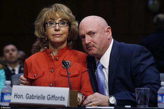 La ex congresista de EE.UU. Gabrielle Giffords -que recibió un disparo en la cabeza en 2011- realiza un discurso a favor del uso de armas junto a su marido (el ex capitán de la Marina de los EE.UU. Mark Kelly) durante una audiencia celebrada el día 30 de enero en el Comité Judicial del Senado sobre las armas y la violencia.